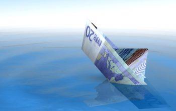 Un bateau fait avec un billet de 20 euros coule